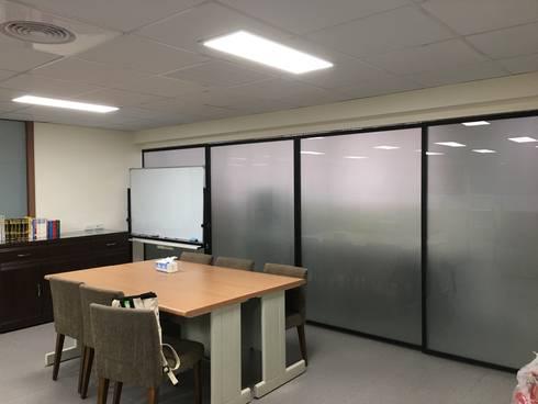 會議室與茶水間拉門:  書房/辦公室 by houseda