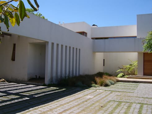 CASA MASAY: Casas unifamiliares de estilo  por AOG
