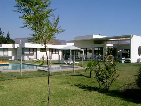 CASA CERDA: Casas de estilo mediterraneo por AOG