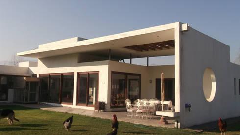 CASA CERDA: Casas unifamiliares de estilo  por AOG