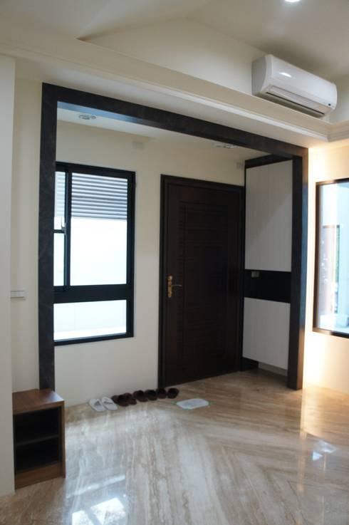 室內玄關區:  走廊 & 玄關 by houseda