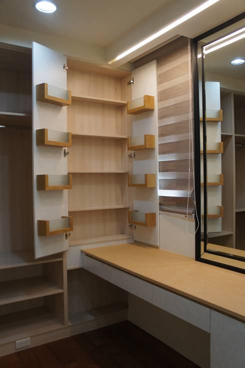 化妝桌及收納櫃:  更衣室 by houseda