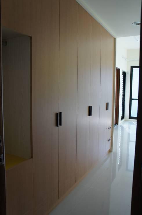 4F前男孩房衣櫃:  臥室 by houseda