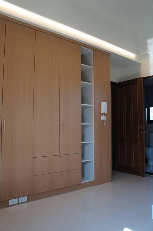 4F後女孩房衣櫃:  臥室 by houseda