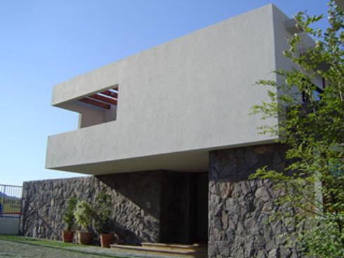 CASA TRUCCO: Casas unifamiliares de estilo  por AOG