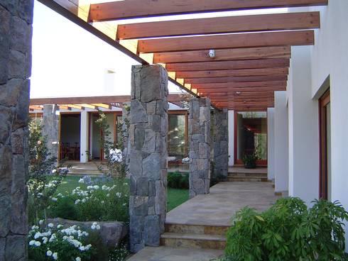 CASA TRUCCO: Jardines con piedras de estilo  por AOG