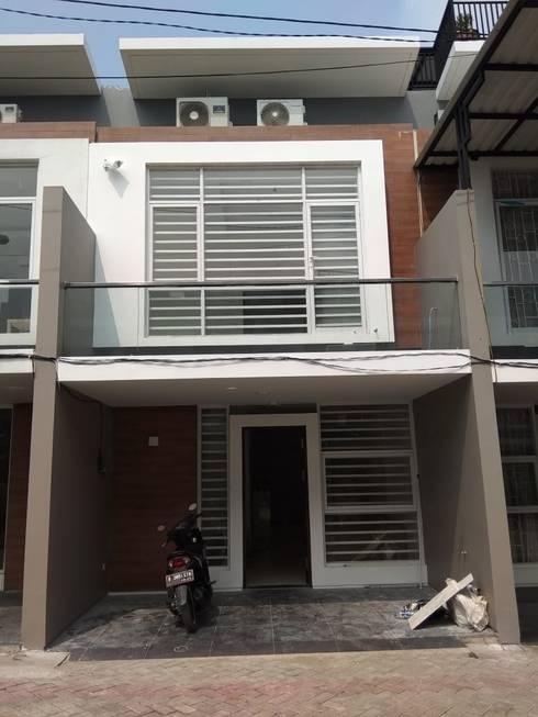 Fasad:  Rumah tinggal  by Dekapolis Design
