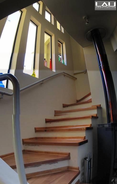 Casa Parcela: Escaleras de estilo  por Lau Arquitectos