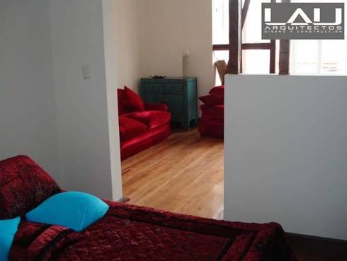 Loft Cerro Alegre: Dormitorios de estilo minimalista por Lau Arquitectos