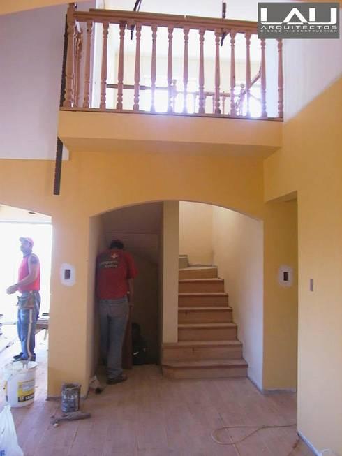 Casa Tabolango: Escaleras de estilo  por Lau Arquitectos