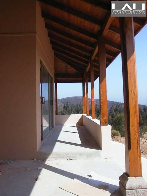 Casa Tabolango: Pasillos y hall de entrada de estilo  por Lau Arquitectos