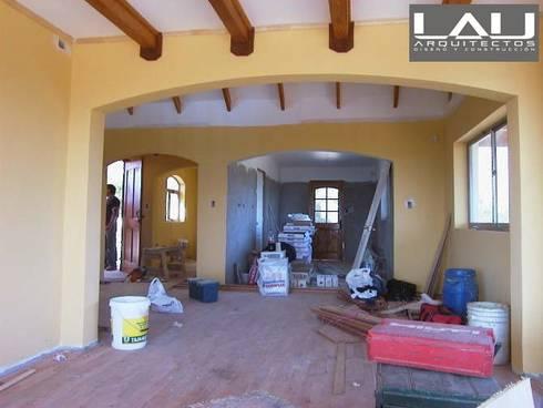 Casa Tabolango: Livings de estilo colonial por Lau Arquitectos