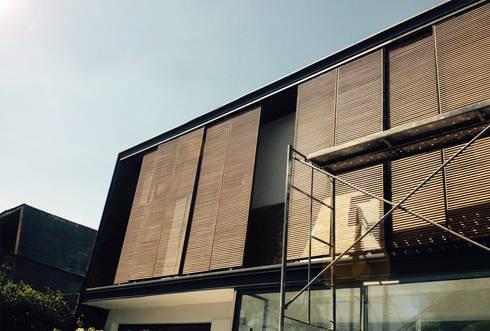 fachada en proceso Constructivo: Casas de estilo moderno por Estudio Mínimo Arquitectura y Construcción Ltda.