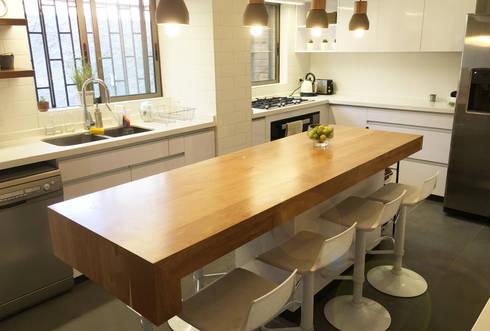 Fabricación Cubierta Madera Mueble Isla : Cocinas de estilo moderno por Estudio Mínimo Arquitectura y Construcción Ltda.