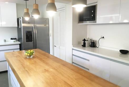 Diseño y Fabricación Mobiliario Cocina: Cocinas de estilo moderno por Estudio Mínimo Arquitectura y Construcción Ltda.