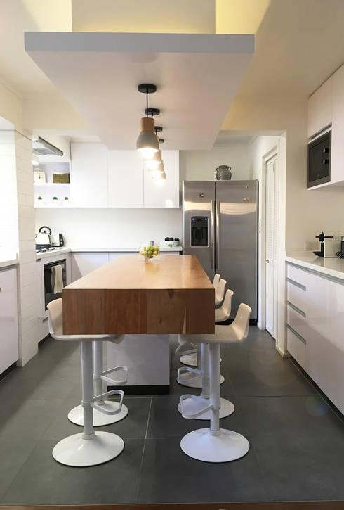 Diseño y Fabricación Mobiliario Cocina: Cocina se Amplió al doble de su dimensión original: Cocinas de estilo moderno por Estudio Mínimo Arquitectura y Construcción Ltda.