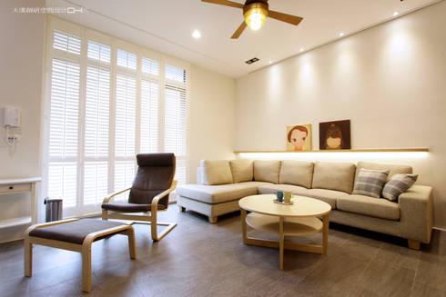 日式無印風格:  客廳 by 大漢創研室內裝修設計有限公司