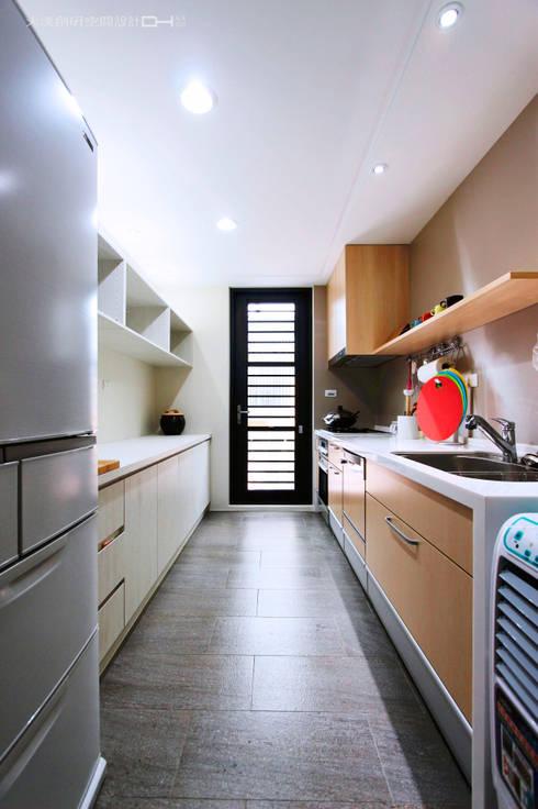 日式無印風格:  廚房 by 大漢創研室內裝修設計有限公司