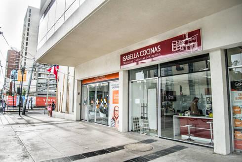 oficina de exhibicion: Cocinas de estilo moderno por isabella cocinas