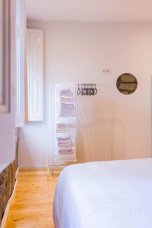 Suite A: Quartos  por IAM Interiores