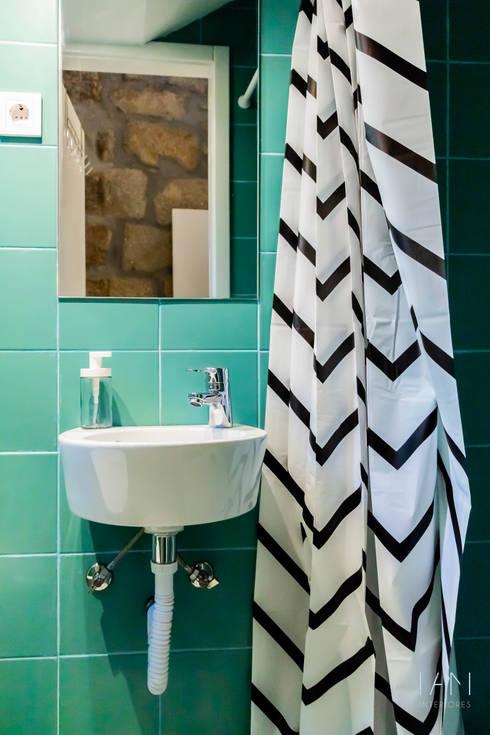 Instalação sanitária: Casas de banho  por IAM Interiores