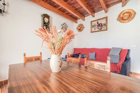 House completely restored in Dalt Vila: classic Living room by ibizatophouse