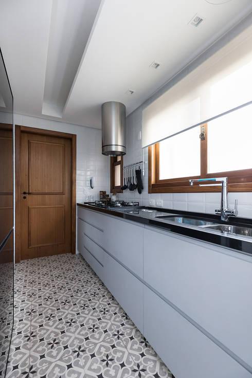 """Cozinha Moderna com """"ar Retrô"""": Cozinhas  por Rabisco Arquitetura"""