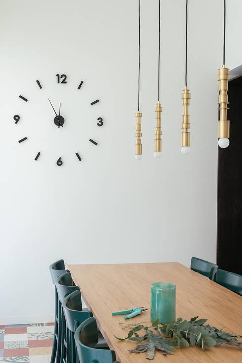 sala da pranzo: Sala da pranzo in stile  di manuarino architettura design comunicazione