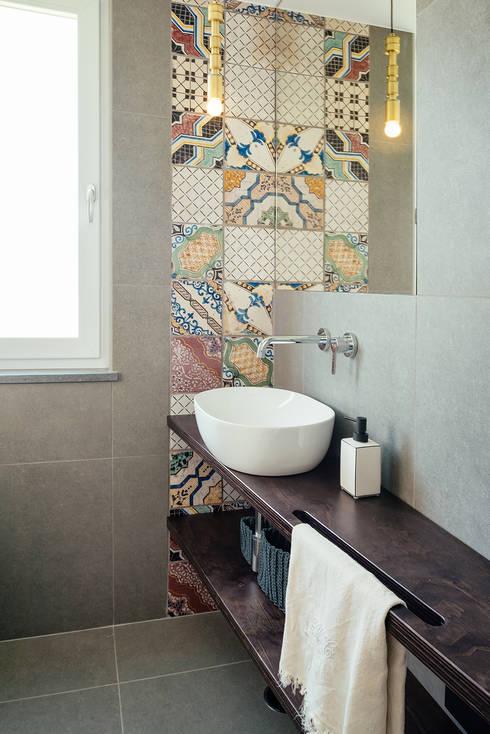 Bagno ospiti: Bagno in stile  di manuarino architettura design comunicazione