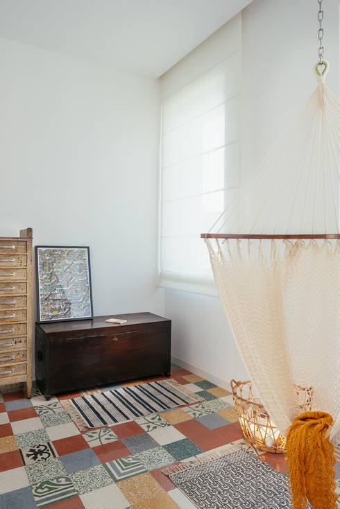 Camera da lettura: Stanza dei bambini in stile  di manuarino architettura design comunicazione