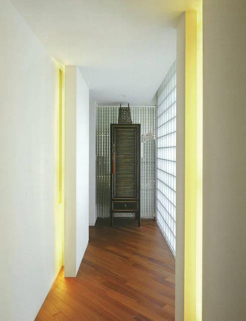 HIROO FLAT 裏手の広大な森を借景とした住まい: JWA,Jun Watanabe & Associatesが手掛けた廊下 & 玄関です。