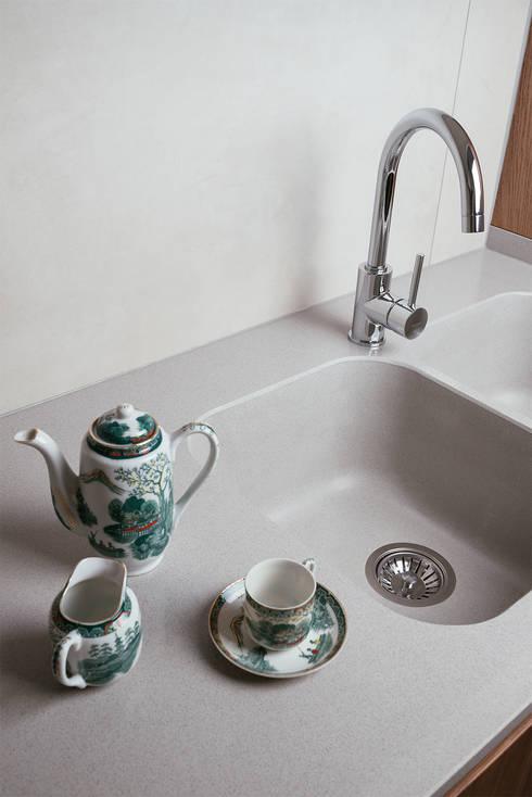 Dettaglio: Cucina attrezzata in stile  di manuarino architettura design comunicazione