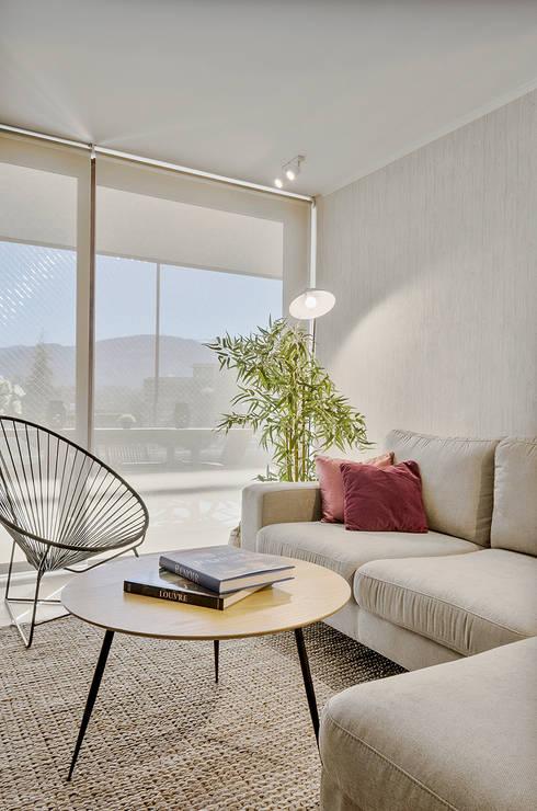 Sala de estar : Salas multimedias de estilo  por Klover