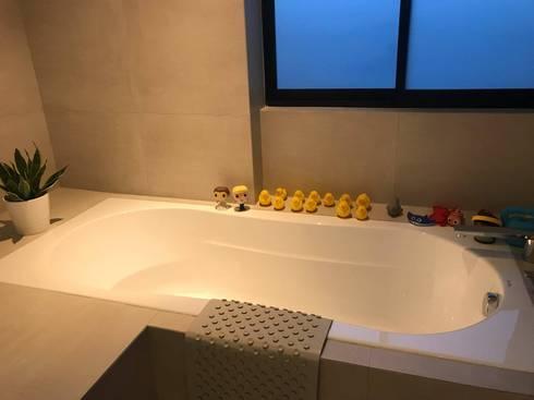 Scandinavian Luxury: scandinavian Bathroom by Singapore Carpentry