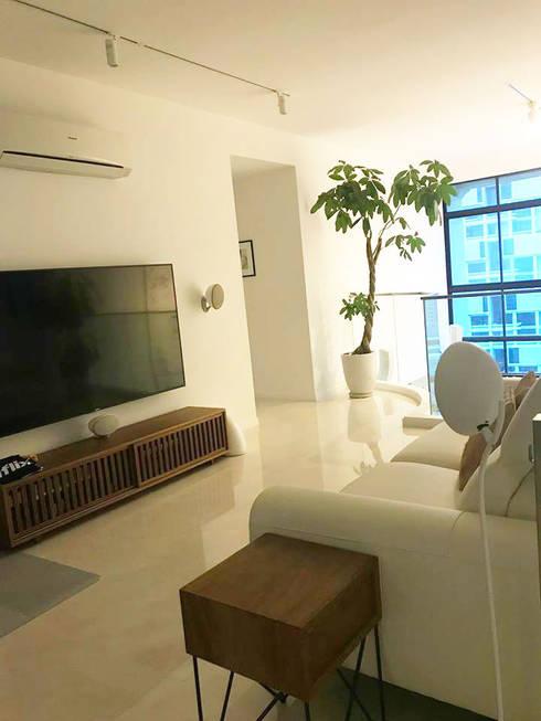 Scandinavian Luxury: scandinavian Media room by Singapore Carpentry