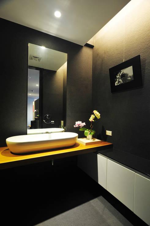 室內設計 怡和 YC House:  浴室 by 黃耀德建築師事務所  Adermark Design Studio