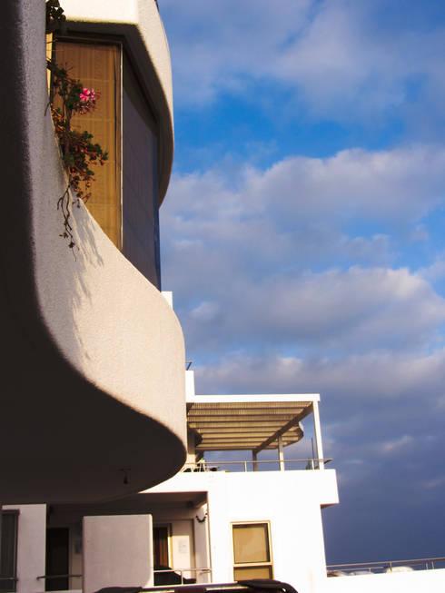detalle de balcon curvo:  de estilo  por  Arquitectos Roman&Toledo