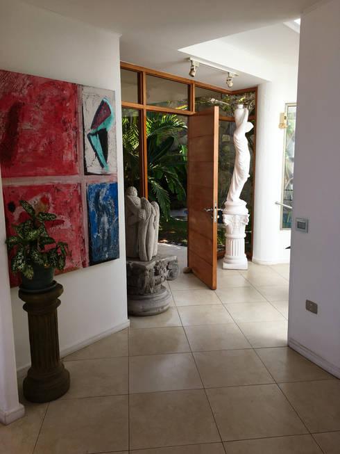 Acceso al jardin:  de estilo  por  Arquitectos Roman&Toledo