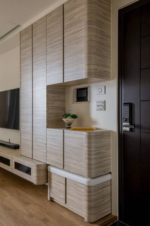 宜蘭-歡歡喜喜建案(住宅設計):  走廊 & 玄關 by 在家空間設計