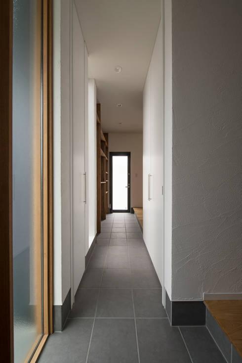 Pasillos y hall de entrada de estilo  por yuukistyle 友紀建築工房