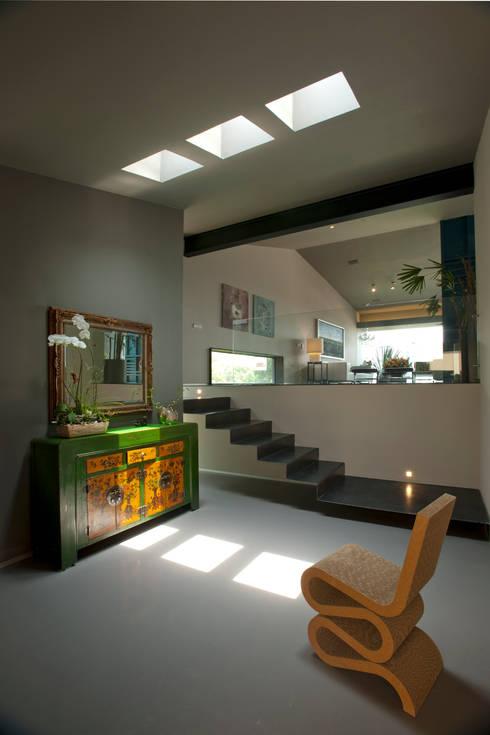 Decoración de estíbulo principal: Vestíbulos, pasillos y escaleras de estilo  por Paola Calzada Arquitectos