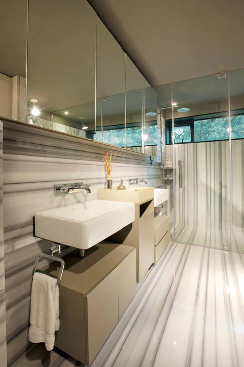 Baño de Mármol arabescato: Baños de estilo  por Paola Calzada Arquitectos