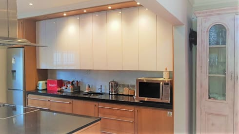 Classic-Contemporary Kitchen :  Built-in kitchens by Zingana Kitchens and Cabinetry
