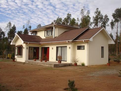 FACHADA NORTE: Casas unifamiliares de estilo  por ARKITEKTURA