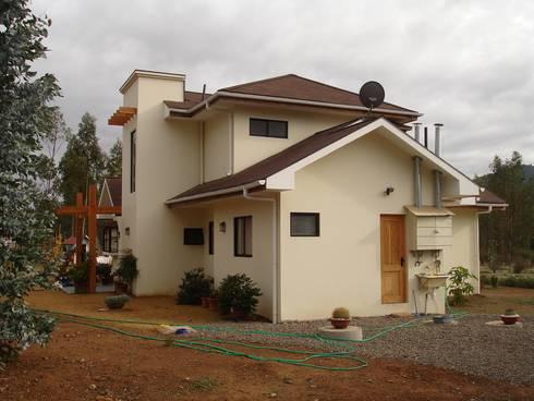 FACHADA ORIENTE: Casas unifamiliares de estilo  por ARKITEKTURA