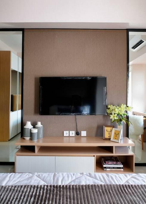 Tanglin Apartment:  Ruang Keluarga by EquiL Interior
