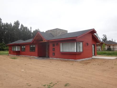 FACHADA NOR-PONIENTE: Casas unifamiliares de estilo  por ARKITEKTURA