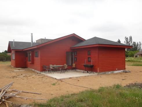FACHADA SUR ORIENTE: Casas unifamiliares de estilo  por ARKITEKTURA