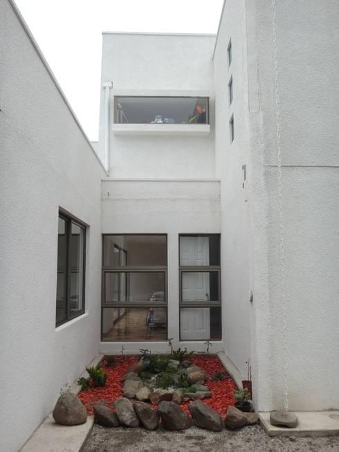 JARDIN EXTERIOR: Jardines con piedras de estilo  por ARKITEKTURA