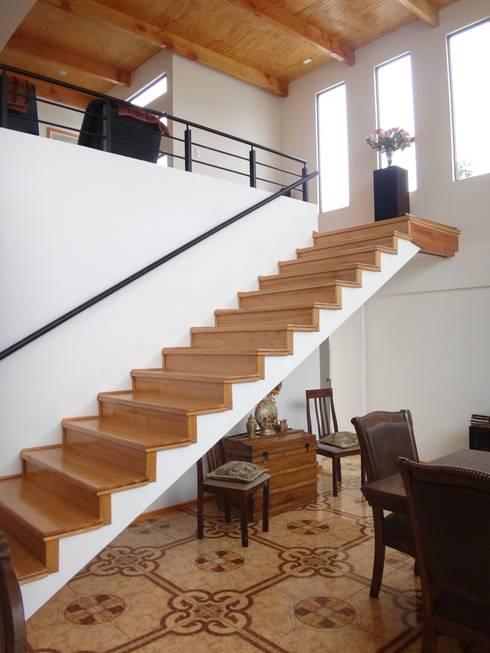 ESCALERA ENCHAPE MADERA: Escaleras de estilo  por ARKITEKTURA